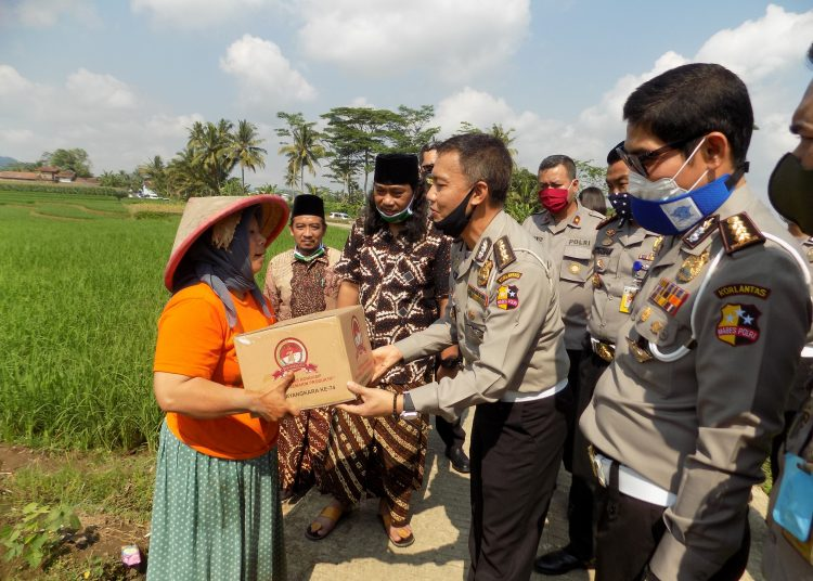 SERAHKAN BANTUAN: Ketua Tim Bakti Sosial Mabes Polri Kombes Pol Aan Suhanda menyerahkan bantuan paket sembako kepada warga saat blusukan di Desa Mantrianom Kecamatan Bawang.