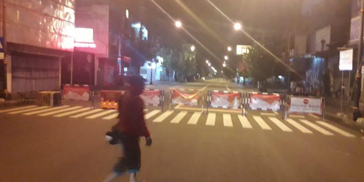 MASIH DITUTUP: Pemberlakuan jam malam di Purwokerto belum dicabut. Di antaranya penutupan ruas jalan masih berlaku seperti di Jl Jenderal Soedirman, setelah pukul 20.00 tetap ditutup. Padahal Kapolri sudah mencabut larangan kerumuman massa.