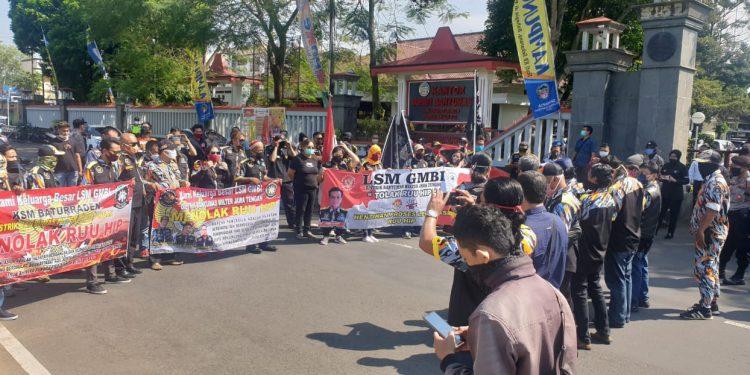 TOLAK RUU HIP: Massa dari GMBI Distrik Banyumas menggelar aksi demontrasi menolak pembahasan legislasi RUU HIP, di depan Gedung DPRD dan Kantor Bupati Banyumas, Senin (29/6).