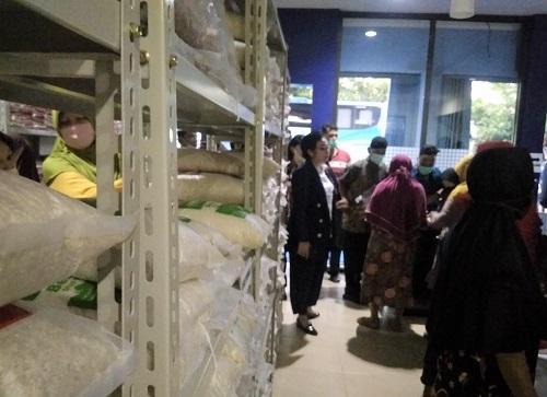 BERAS: Warga belanja kebutuhan pokok, seperti beras di Toko Mitra Tani Cilacap, beberapa waktu lalu. (SB/Gayhul Dhika Wicaksana)