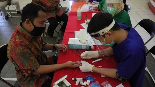 RAPID TEST : Pegawai BRSKP Napza Satria di Baturraden melaksanakan rapid test daam rangka persiapan kembali melayani rehabilitasi korban penyalahgunaan napza, Jumat (26/6). (SB/dok)