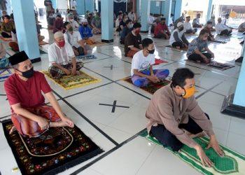 SOLAT JUMAT PERTAMA: Jamaah mendengarkan khutbah jumat secara berjarak di Masjid Baitul Arqom, Perumahan Griya Satria, Sumampir, Purwokerto, Jumat (5/6). Solat jumat berjamaah tersebut pertama kali digelar usai pelonggaran pembatasan, dan dilakukan dengan prosedur kesehatan ketat. (SB/Dian Aprilianingrum)