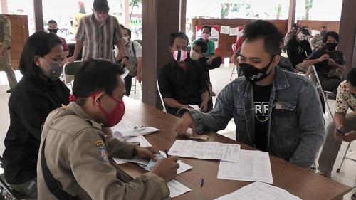 SIDANG MASKER : Pelanggar tidak pakai masker antre menunggu giliran sidang tipiring oleh Pengadilan Negeri Purwokerto, digelar di Kecamatan Karanglewas, Jumat (5/6). (SB/Agus Wahyudi)