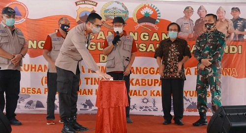 DIRESMIKAN: Wakapolresta Banyumas AKBP  Kristanto memencet tombol tanda peresmian Desa Dawuhan Kecamatan Rawalo menjadi Kampung Tangguh Nusantara Candi, Kamis (25/6).  (SB/Agus Wahyudi)