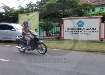 KEMENAG CILACAP: Pengendara melintas di depan Kantor Kementerian Agama (Kemenag) Cilacap. (SB/Teguh Hidayat Akbar)