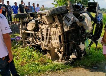 KECELAKAAN : Mobil pikap, no pol R 1736 PH, terguling di tepi rel kereta api Desa Kuripan Kidul, Kecamatan Kesugihan, Cilacap setelah terlibat kecelakaan dengan kereta api, Senin (15/6). (SB/dok)