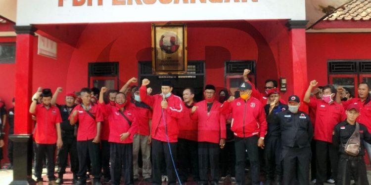 APEL SIAGA: Ketua DPC PDI Perjuangan Banjarnegara Nuryanto menyampaikan pernyataan sikap dan dukungan kepada Polri untuk mengusut pelaku pembakaran bendera PDI Perjuangan di Jakarta dalam apel siaga di depan Panti Marhaen Banjarnegara, Sabtu (27/6).(SB/Castro Suwito-2)
