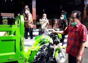 Bupati Banjarnegara, Budhi Sarwono, mengamati bantuan alsintan kendaraan bermotor roda tiga yang diserahkan kepada kelompok tani, Kamis (4/6). (SB/Castro Suwito-2)