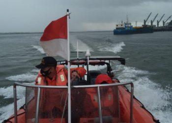 LAKUKAN PENCARIAN: Tim Sar melakukan pencarian nelayan yang dilaporkan hilang di perairan Teluk Penyu Cilacap. (SB/Dokumentasi Basarnas Cilacap)