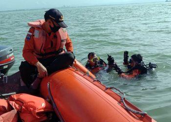 LAKUKAN PENCARIAN: Tim Basarnas Cilacap melakukan pencarian korban tenggelam di kawasan Pantai Pasir Putih Nusakambangan, Cilacap, Minggu (7/6). (SB/Dokumentasi Basarnas Cilacap)