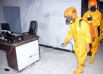 SEMPROT DISINFEKTAN: Petugas melakukan penyemprotan disinfektan di Kantor Bawaslu Banjarnegara setelah salah satu Komisioner Bawaslu dinyatakan reaktif rapid test Covid-19. (SM/Castro Suwito-2)