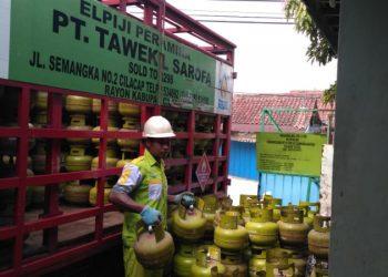 DISTRIBUSIKAN ELPIJI: Petugas mendistribusikan elpiji 3 kilogram di Kabupaten Cilacap. (SM/Dok)