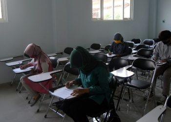 ISI KUESIONER: Sejumlah mahasiswa SWU yang menerima beasiswa bidikmisi mengisi kuesioner penggunaan beasiswa tersebut, kemarin. (SB/dok)