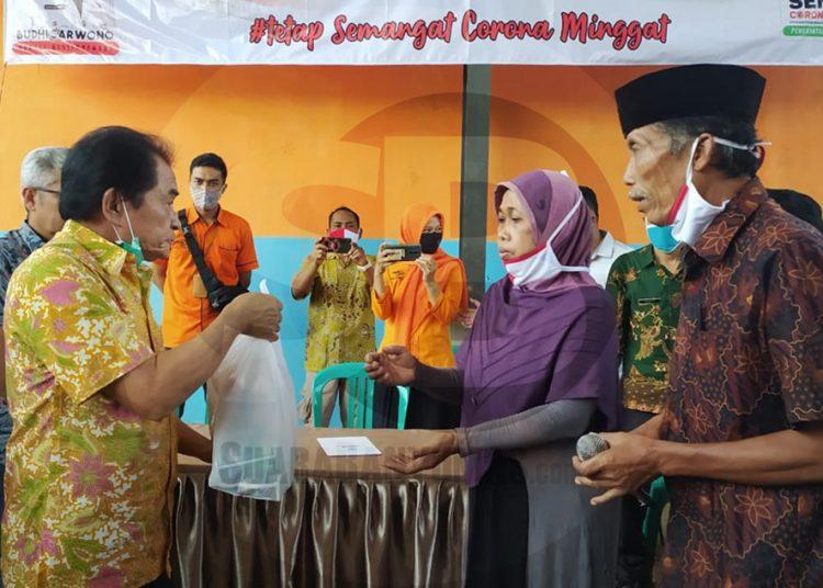SALURKAN JPS: Bupati Banjarnegara Budhi Sarwono menyalurkan bantuan program Jaring Pengaman Sosial di masa pandemi Covid-19 dari Pemprov Jateng kepada warga di Desa Situwangi Kecamatan Rakit, Senin (29/6). (SB/dok)