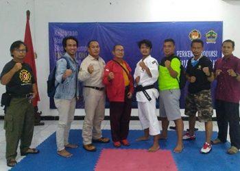 JUARA: Hendri Sose Fauzi (tengah) bersama ayahnya, Agus Prabowo (2 dari kanan) dan para pelatih kempo Banyumas, usai merebut gelar juara Kejurnas, Minggu (30/6). (SB/dok)