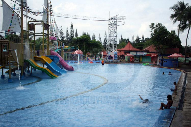 BERENANG: Sejumlah pengunjung berenang di salah satu wahana kolam Owabong Family Park Purbalingga, yang melakukan simulasi berbayar, Sabtu (20/6). (SB/Nugroho PS-52)