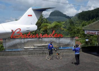 LOKAWISATA SEPI: Warga berkunjung di Lokawisata Baturaden yang sepi karena ditutup untuk umum sejak tanggal 16 Maret, belum lama ini (SB/Dian Aprilianingrum-2)