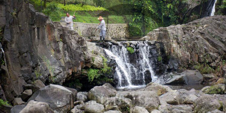 BERSIH-BERSIH LOKAWISATA: Pekerja membersihkan area sungai Gumawang sebagai persiapan pembukaan kembali objek wisata selama masa pandemi Covid-19 di Lokawisata Baturaden, Rabu (3/6). (SM/Dian Aprilianingrum-52)