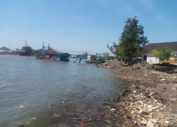 BANYAK SAMPAH: Pantai di Pekalongan dipenuhi sampah.(SM/dok)