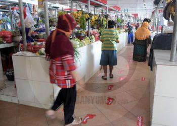 PROTOKOL KESEHATAN PASAR: Sejumlah stiker penunjuk jalan dipasang di lantai Pasar Manis Purwokerto, Kamis (4/6). Pemasangan stiker tersebut sebagai upaya sosialisasi penerapan protokol kesehatan di pasar rakyat. (SM/Dian Aprilianingrum-20)