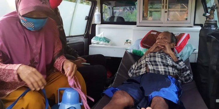 OPERASI: Penderita kanker pankreas, Ihwan dibawa ke RS Islam Banjarnegara untuk menjalani operasi pengangkatan tumor seberat 8,5 kilogram. (SB/dok Humas Kabupaten Banjarnegara)