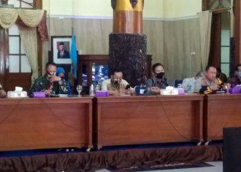 NEW NORMAL: Bupati Cilacap Tatto Suwarto Pamuji (tiga dari kiri), bersama Wakil Bupati Cilacap Syamsul Aulia Rahman (empat dari kiri) memimpin rapat koordinasi new normal di Pendapa Wijayakusuma, Rabu (3/6) (SM/Gayhul Dhika Wicaksana-2)
