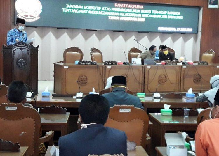 BACAKAN LAPORAN: Suasana saat Bupati Banyumas, Achmad Husein, saat membacakan laporan jawaban atas pandangan umum fraksi-fraksi DPRD, atas Raperda LKPJ Bupati tahun 2019, Rabu (17/6).(SB/Agus Wahyudi)