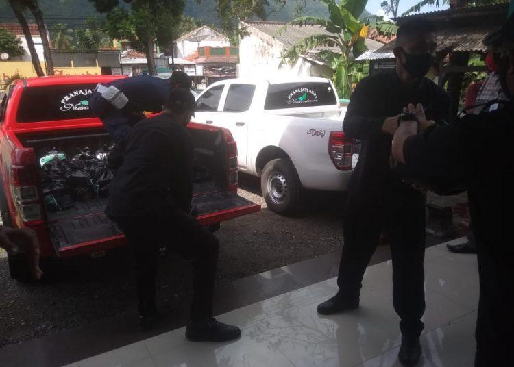 TERIMA BANTUAN: Pemerintah Desa Tipakidul, Kecamatan Ajibarang menerima bantuan dari PT Pranajati Agri Nusantara untuk dibagikan ke warga lingkungan pembatasan wilayah sangat ketat di Dusun Janggawana Desa setempat.
