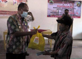SERAHKAN BANTUAN: Wakil Bupati Banyumas Sadewo Tri Lastiono menyerahkan sembako bantuan  gubernur kepada warga Desa Suro Kecamatan Kalibagor, Selasa (9/6). (SB/dok)