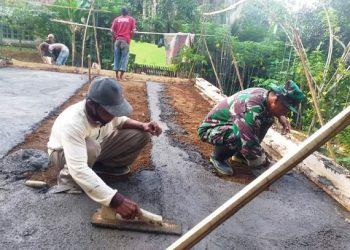 PLASTERISASI LANTAI : Tukang dan anggota Satgas TMMD memplester lantasi dan cor sloof rumah milik warga Desa Petahunan RT 05 RW 03. (SB/dok)