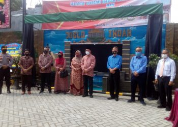 DIBUKA BUPATI: Bupati Achmad Husein berfoto bersama usai meresmikan pembukaan Rumah Makan Joglo Indah Jl Brigjen Encung Purwokerto, 6 Juli lalu. Rumah makan tersebut menhadirkan nuansa klasik modern satu-satunya di Purwokerto.