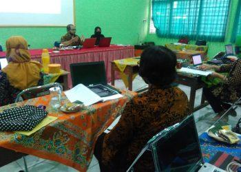 KEGIATAN PELATIHAN:Sejumlah guru SMP 5 Purwokerto mengikuti kegiatan pelatihan tentang pembuatan perangkat pembelajaran model daring, kemarin.(SM/dok)