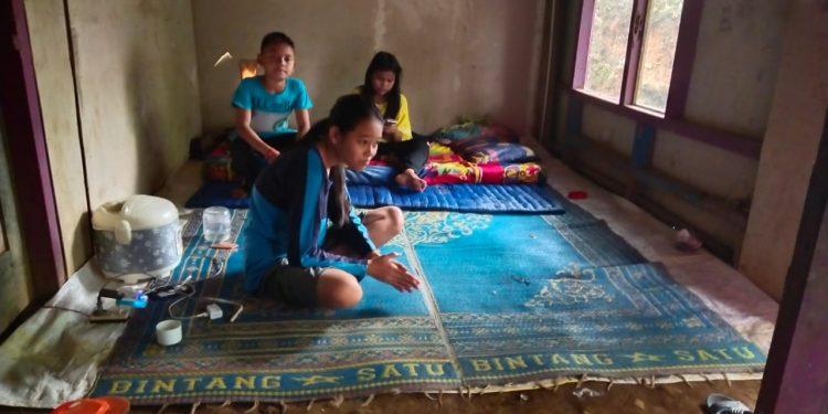RTLH: Tiga dari empat bersaudara yatim warga Desa Pekuncen, Kecamatan Pekuncen tinggal di rumah tak layak huni (RTLH) usai kehilangan bapak meninggal dunia dan ditinggalkan sang ibu merantau ke luar Jawa.