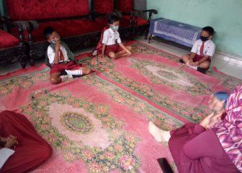 BELAJAR DI RUMAH: Sejumlah siswa SD Jeruklegi Kulon 03, Kabupaten Cilacap belajar di rumah, Senin (20/7). (SB/Dokumentasi sekolah)