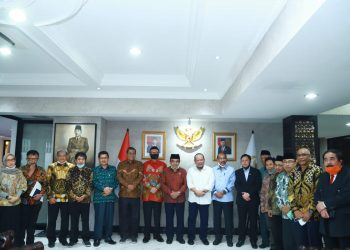 ALIH STATUS: Rektor IAIN Purwokerto Dr H Moh Roqib MAg (keempat, kanan) setelah mengikuti rapat konsultasi dan mediasi pengalihan status IAIN ke UIN di Jakarta, Kamis (16/7).
