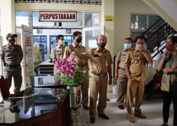 INSPEKSI MENDADAK: Bupati Banjarnegara Budhi Sarwono melakukan inspeksi mendadak ke kantor Dinas Perpustakaan dan Arsip Daerah untuk mengecek pegawai yang meninggalkan kantor saat jam kerja. (SM/Castro Suwito)