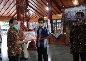 SERAHKAN BANTUAN: Bupati Banjarnegara Budhi Sarwono menyerahkan bantuan secara imbolis dana pembangunan jalan usaha tani kepada sejumlah kelompok tani di Banjarnegara.