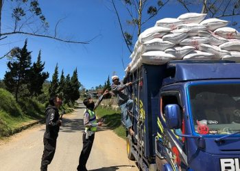 MEMBAHAYAKAN : Anggota Satlantas Polres Banjarnegara menegur awak angkutan yang membawa muatan melebihi kapasitas saat Operasi Patuh Candi 2020 di Kecamatan Pagentan. (SB/dok)