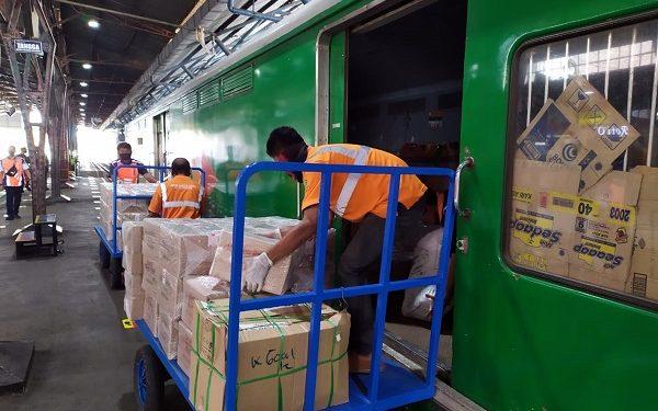 TURUNKAN PARCEL : Petugas PT KAI tengah menurunkan parcel (barang hantaran) dari KA Parcel yang berhenti di stasiun Purwokerto, Senin (27/7). (SB/dok)