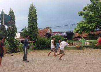 BERMAIN BASKET:Bersama dengan mahasiswa pendamping, mahasiswa asing asal Kamboja yang kuliah di SWU bermain basket.(SB/dok)