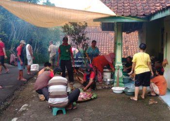 MEMASAK GULAI: Warga Dusun Karanganjog, Desa Cihonje, Kecamatan Gumelar memasak gulai dalam rangkaian tradisi Apitan atau Sedekah Bumi di dusun setempat, Kamis (2/7).