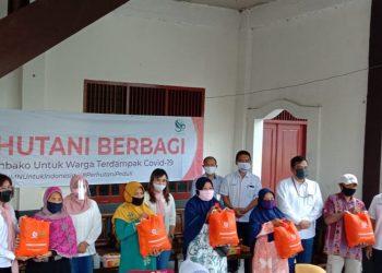 PAKET SEMBAKO : IIK Perhutani menyerahkan paket sembako kepada mitra kerjanya di Yayasan Argowilis, Dea Sokawera, Cilongok, Rabu (1/7) lalu. (SM/dok)