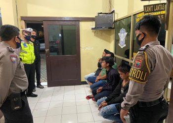 DIAMANKAN : Sekelompok remaja yang terjaring patroli Sat Sabhara diamankan di Polsek Baturraden, Sabtu (4/7). (SM/Humas Polresta Banyumas)
