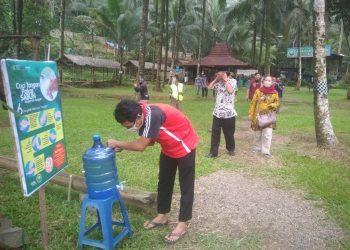 PERINGATAN: Pengelola Wisata Pereng Cilongok memasang peringatan dan imbauan kepada pengunjung untuk cuci tangan pakai sabun di lokawisata tersebut.
