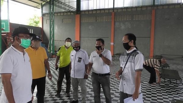 DISIAPKAN LAGI : Lokasi karantina di gedung Sasana Krida (gedung Futsal) GOR Satria Purwokerto, mulai disiapkan lagi untuk menampung sementara OTG, ODP dan PDP. Kasus pasien postif Covid-19 di Banyumas kini meningkat lagi. (SB/Agus Wahyudi)