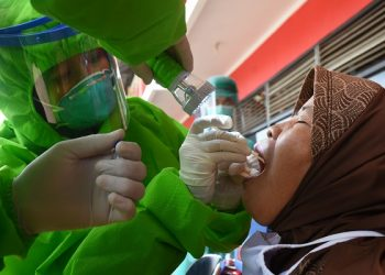 TES SWAB MASSAL: Petugas melakukan tes swab massal pada pedagang di Pasar Manis Purwokerto, Selasa (7/7). (SB/Dian A)