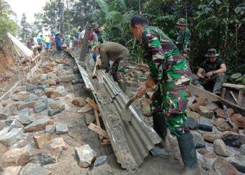 PENGECORAN JALAN : Satgas TMMD dan masyarakat mengerjakan pengecoran jalan Desa Petahunan. (SB/dok)