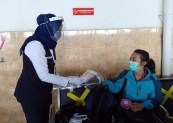 FACE SHIELD : Petugas PT KAI Daop 5 memberian face shiled kepada penumpang di stasiun Purwokerto. Face shiled harus dikenakan saat perjalanan KA jarak jauh. (SB/dok)