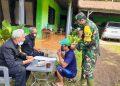 OPERASI MASKER : Babinsa Semedo ikut terlibat operasi masker bersama tim Gugus Covid-19 Kecamatan Pekuncen di Desa Semedo, Rabu (8/7). (SB/dok)