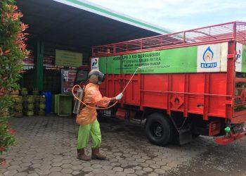 TERAPKAN PROTOKOL KESEHATAN: Seorang pekerja di Cilacap menerapkan protokol kesehatan, sebelum mendistribusikan elpiji 3 kilogram ke wilayah, kemarin. (Dokumentasi)